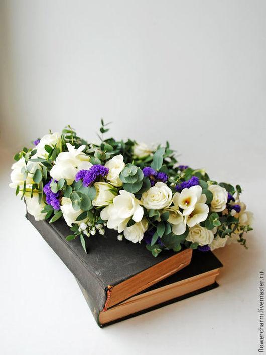 Бело-синий венок невесты из живых цветов