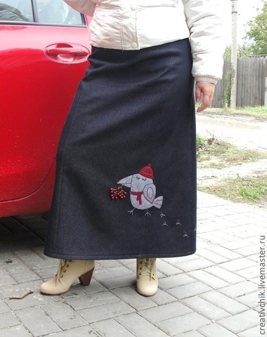 Теплая зимняя длинная юбка из темно-синей джинсы на флисе с авторской аппликацией.