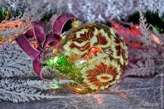 Стеклянный елочный шар, витражная роспись контурами, лаками, декор хрустальной пастой