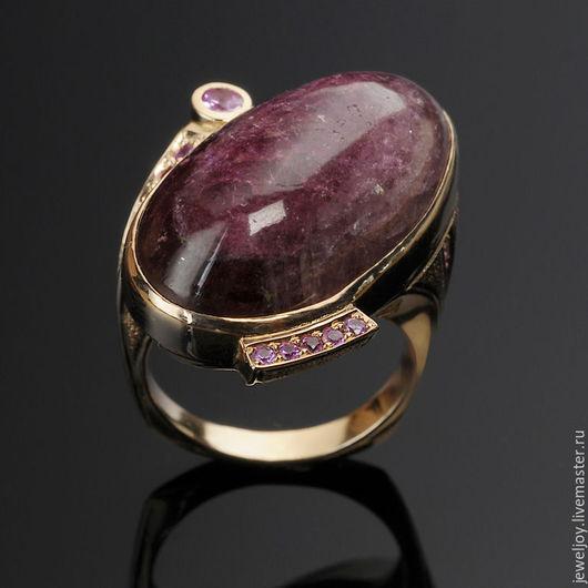 Кольцо из золота 585 пробы, турмалиновый кабошон весом 33 ct, натуральные сиреневые сапфиры массой 0.6ct, размер кольца 17.5