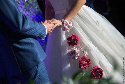 Свадебные цветы ручной работы. Ярмарка Мастеров - ручная работа. Купить Свадебный букет -браслет. Handmade. Фуксия