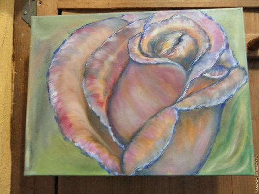 Картина под впечатлением от красоты бутона который вот вот раскроется и станет прекрасной розой.