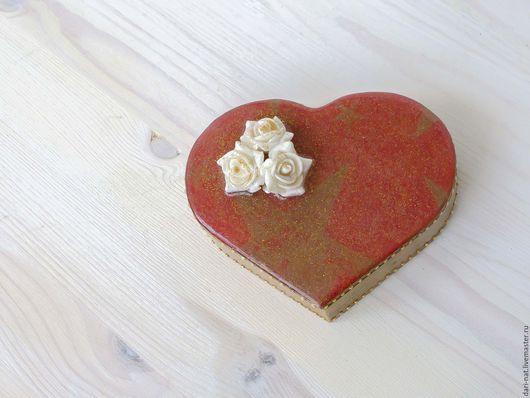 Шкатулки ручной работы. Ярмарка Мастеров - ручная работа. Купить Шкатулка сердце Старое золото с розами на алом фоне. Handmade.