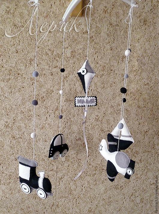 """Развивающие игрушки ручной работы. Ярмарка Мастеров - ручная работа. Купить Черно-белый мобиль для новорожденного """"Транспорт"""" из фетра. Handmade."""