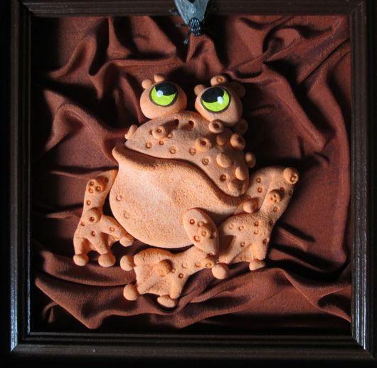 Вот такая жабка с мухой. Подарок для детской. Можно  повесить в любом помещении, можно на кухне, а можно даже в прихожей.
