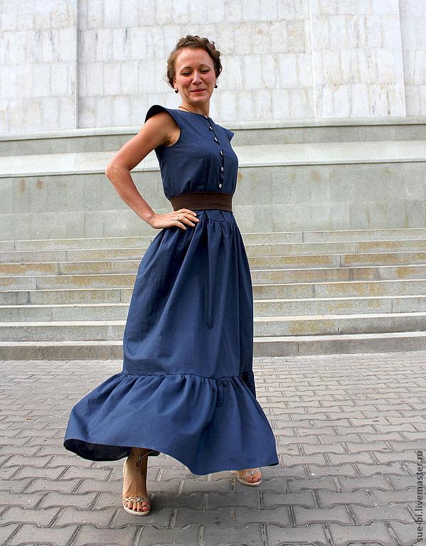 Длинное платье с воланами на юбке