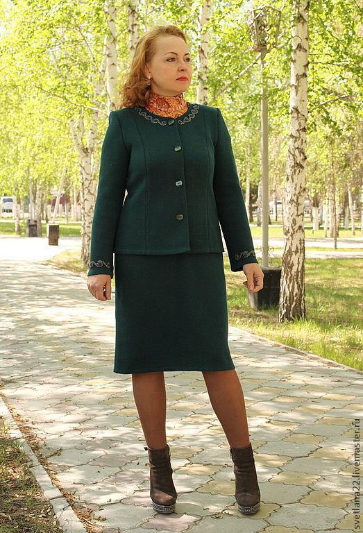 """Костюмы ручной работы. Ярмарка Мастеров - ручная работа. Купить Вязаный костюм """"Классический с бисерной вышивкой"""". Handmade. Тёмно-зелёный"""