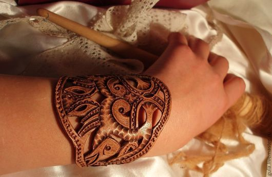 """Браслеты ручной работы. Ярмарка Мастеров - ручная работа. Купить Резной браслет из кожи """"рукодельница"""". Handmade. Браслет, для девушки, коричневый"""