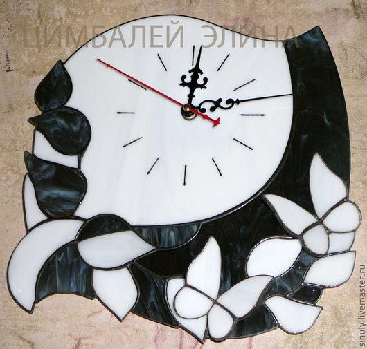 """Часы для дома ручной работы. Ярмарка Мастеров - ручная работа. Купить Витражные часы """"Белые бабочки"""". Handmade. Часы"""