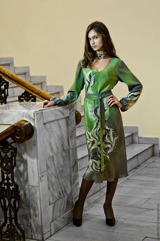 Шёлковое платье батик `Ноктюрн` выполнено в технике холодный батик на натуральном шёлке крепдешине с ручной росписью.