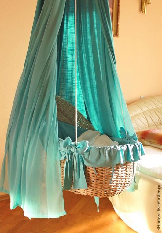 Подвесная плетеная люлька для малыша в интерьере.