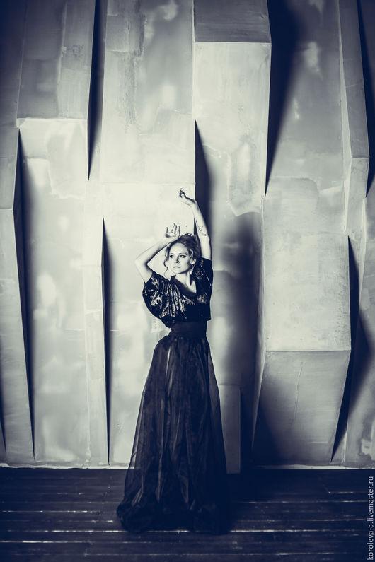 Элегантная дизайнерская блузка, рукава летучая мышь. Создана их цельного круга бархатной ткани. На фигуре ложится красивыми складками. Люксовая вещь в единственном экземпляре. Фото для выставки `Вне`.