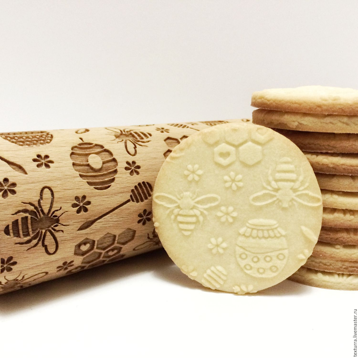 Rolling pin with a pattern of Bees