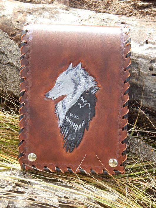 Мужские сумки ручной работы. Ярмарка Мастеров - ручная работа. Купить Кожаная сумка с тиснением Волк и ворон на пояс. Handmade.