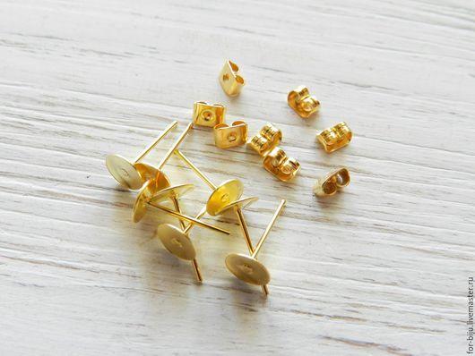 Основа для серег гвоздиков (пуссет) под золото площадка 6 мм , в комплекте идут металлические заглушки. материал латунь (арт. 2079)