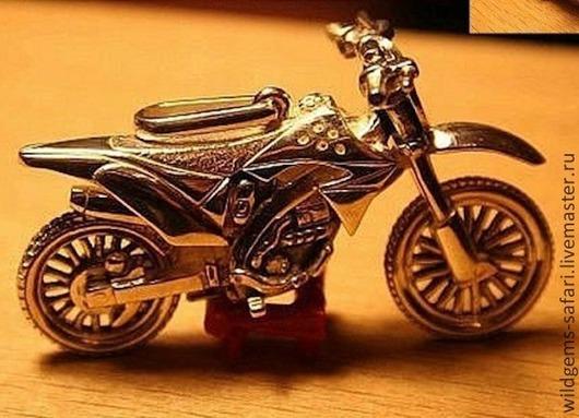 Кулон ручной работы из серебра 925, масштабная копия 1:64 легендарного кроссового мотоцикла KAWASAKI KX450F. Размеры: 32Х21Х12мм. Вес:11,5гр. Цена: 3000руб.