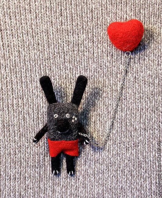 """Броши ручной работы. Ярмарка Мастеров - ручная работа. Купить Брошь валяная, зайка, """"Твое сердце всегда со мной"""". Handmade."""