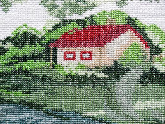 Фрагмент вышитой картины В краю родном с домиком у реки