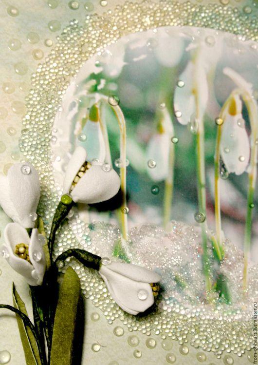 Оригинальная, по-настоящему весенняя поздравительная открытка ручной работы `Пусть в Душе всегда поёт Весна!` с подснежниками.