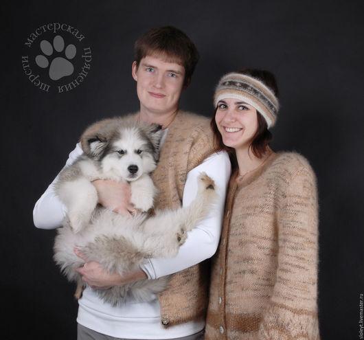 На фото Ваня и Оксана в теплых вещах из собачьей шерсти ручного прядения.