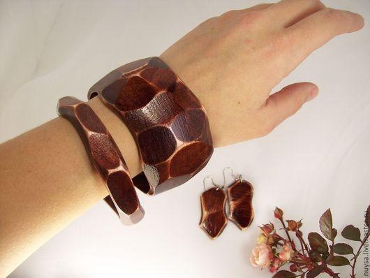 Украшения деревянные Комплект браслеты и серьги `Грани инстинкта. Неправильная форма браслетов и сережек в сочетании с естественными природными материалами и цветом -  очень эффектно и самобытно. Экостиль.