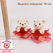 Брелок – мягкая игрушка для букетов мишка, бежевый, в красном платье
