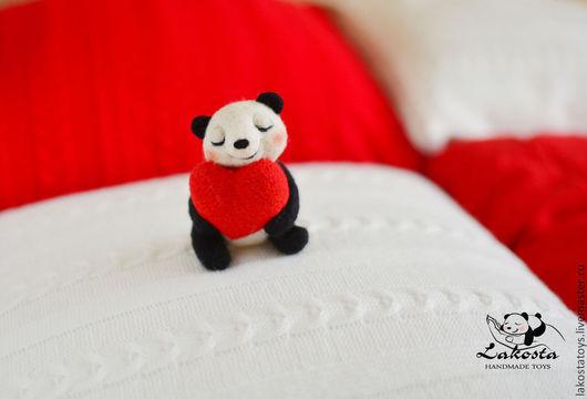 """Подарки для влюбленных ручной работы. Ярмарка Мастеров - ручная работа. Купить Сувенир """"Влюбленная панда"""". Handmade. Панда, мишка, войлок"""
