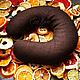 Подушка наполнена рисом и душистыми специями: апельсиновой цедрой, гвоздикой и душистым перцем.  2 минуты в микроволновой печи и Вы наслаждаетесь расслабляющим теплом и волшебным ароматом!