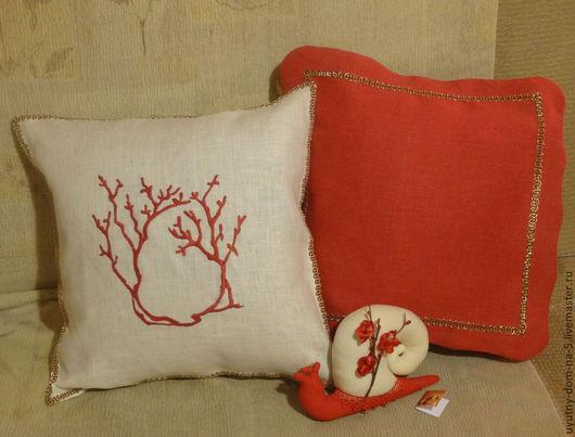 Льняные наволочки с ручной вышивкой.