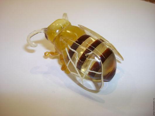 """Миниатюрные модели ручной работы. Ярмарка Мастеров - ручная работа. Купить фигурка из янтаря """"Пчелка"""". Handmade. Янтарь натуральный"""