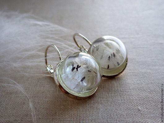 Легкие нежные серьги Одуванчики. Полая стеклянная полусфера заполнена настоящими семенами одуванчика. Диаметр стеклянной полусферы 1,5 см. Цвет фурнитуры серебряный. Купить серьги с одуванчиками