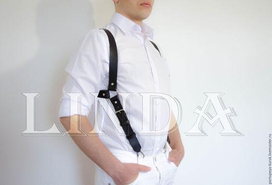 Ременная итальянская кожа идеально держит форму и не красит одежду.
