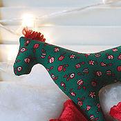 Куклы и игрушки ручной работы. Ярмарка Мастеров - ручная работа Детская Мягкая игрушка лошадка из темно-зеленого с красным хлопка. Handmade.