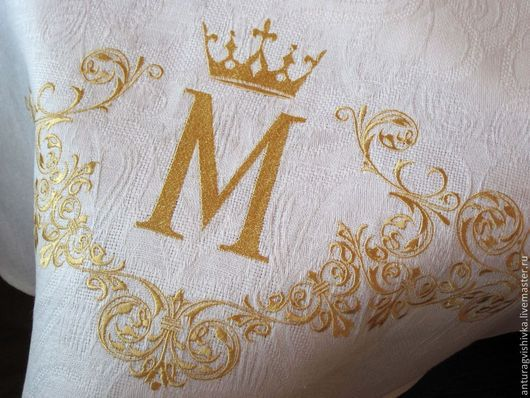 Вышитая скатерть  Королевский вензель - прекрасный подарок на свадьбу, на день рождения.