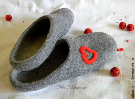 Обувь ручной работы. Ярмарка Мастеров - ручная работа. Купить Валяные мужские тапочки День святого Валентина. Handmade. Серый