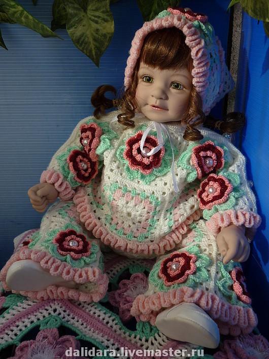 На куколке 56 см.Примерные параметры куколки: размер куклы - 56 см, ОГоловы – 38,5 см, ОБедер - 52 см, длина руки с плечом (от основания шеи до запястья) - 23 см.
