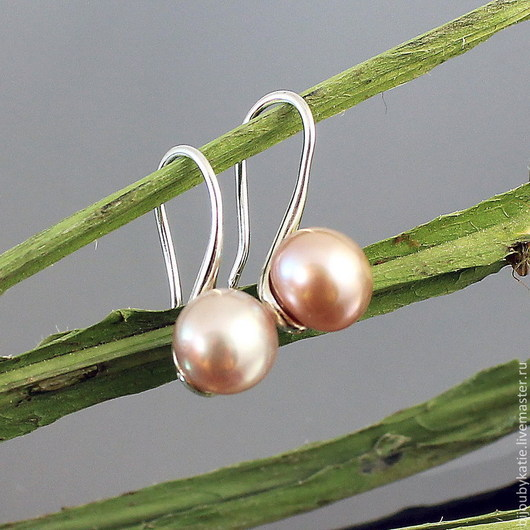 Маленькие сережки с жемчужинами розового оттенка. Швензы латунь с серебрением