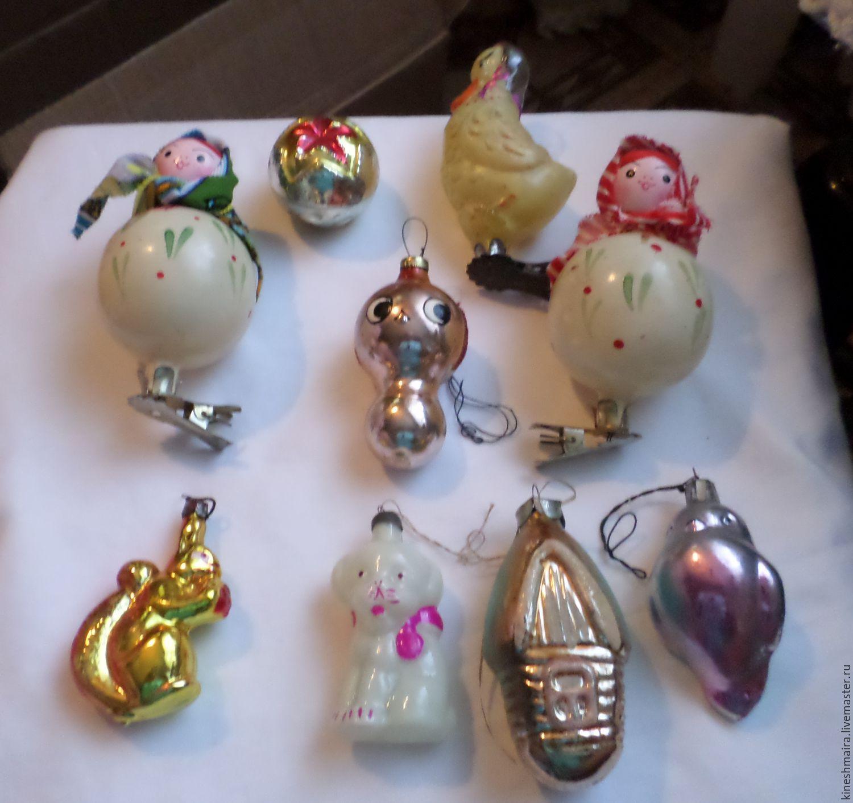 Традиция наряжать новогодними елочными игрушками рождественское деревце плавно перешла с царских времен в советские, а вместе с ней и сами украшения, которые в большинстве своем были изготовлены из папье-маше или же представляли собой различные выдутые из стекла фигурки.