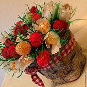 """Цветы и флористика ручной работы. Ярмарка Мастеров - ручная работа Букет из конфет """"Земляничное лукошко"""" ягоды и цветы из конфет. Handmade."""