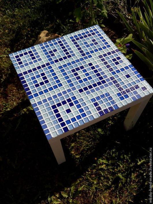 Журнальный столик, декорированный мозаикой,