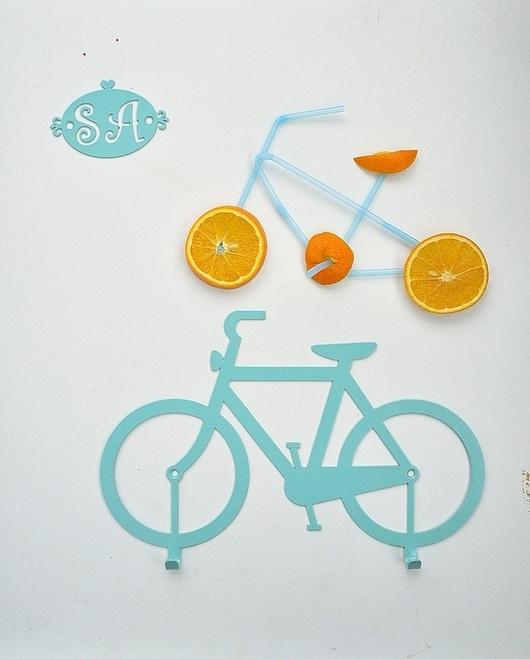 Тематическая вешалка для прихожей, детской или кабинета - в виде велосипеда. Любители данного вида передвижения должны оценить:)