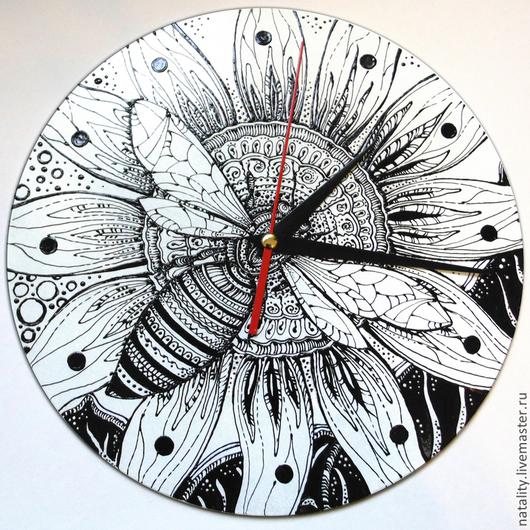 """Часы для дома ручной работы. Ярмарка Мастеров - ручная работа. Купить Часы """"Графика, пчела, цветок"""". Handmade. Чёрно-белый"""