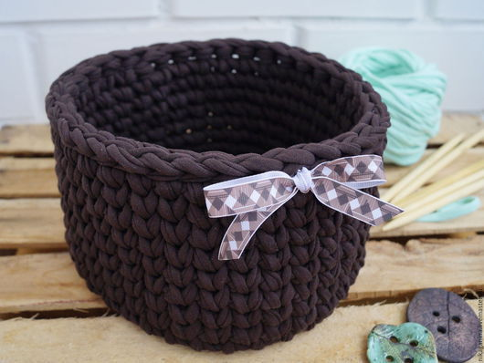 Интерьерная Корзина `Горький шоколад` ручной работы из объемной пряжи.