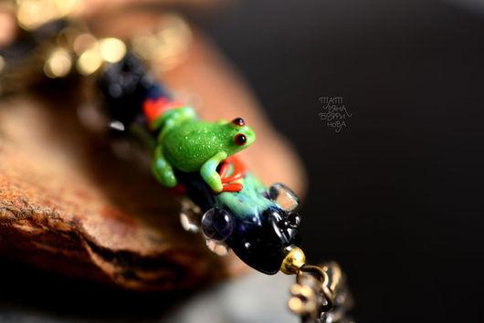 """Кулоны, подвески ручной работы. Ярмарка Мастеров - ручная работа. Купить Подвеска """"Древесный лягушонок"""". Handmade. Зеленый, lampwork, латунь"""