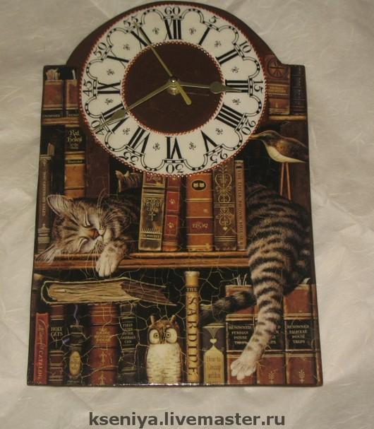 """Часы для дома ручной работы. Ярмарка Мастеров - ручная работа. Купить Настенные часы """"Читатель"""". Handmade. Коричневый, кот, кошка"""