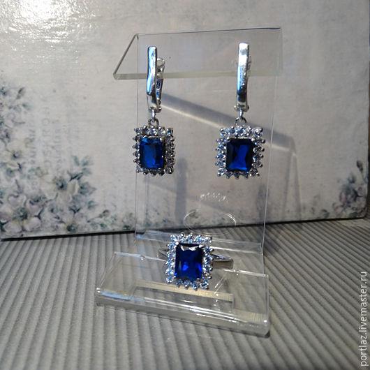 Комплект украшений ручной работы - серебряные серьги и кольцо с  прямоугольным сапфиром и бриллиантовыми фианитами выполнен в винтажном стиле. Размер кольца 16,5.