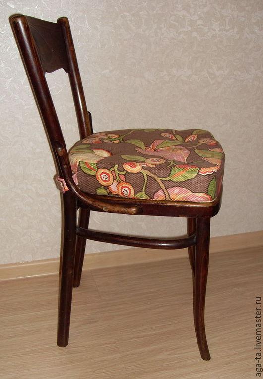Пример подушки `сидушки`. Толщина подушки 7 см. Подушка фиксируется на стуле при помощи хлястиков с липучками. Ткань для чехла - хлопок с крупным рисунком.