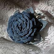 Украшения ручной работы. Ярмарка Мастеров - ручная работа цветок-брошь из джинса. Роза из джинса. Заколка с цветами канзаши. Handmade.