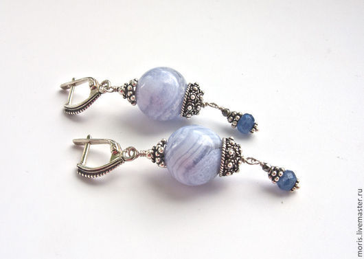 Серьги из серебра с голубыми агатами и сапфирами. Сапфировые серьги из серебра с голубыми натуральными агатами.