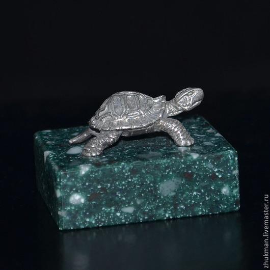 Миниатюрная фигурка `Черепаха`. Есть статуэтки собак: такса, болонка, эрдельтерьер, пудель, спаниель, пекинес. Есть фигурки других животных: слон, медведь, кошка, мышь, крыса, змея (кобра, рептилии).